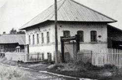 Родовое гнездо семейства Варсеговых (Бутиных), было отнято советской властью в 1932 году. Затем располагалась администрация сельского совета. Фото предоставил Александр Бутин, съемка 1990-х годов